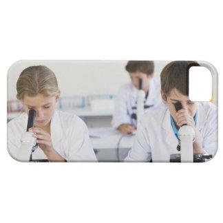 Studenter som tittar till och med mikroskop iPhone 5 skydd