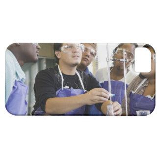 Studenter som utför experiment i kemilabb iPhone 5 skydd
