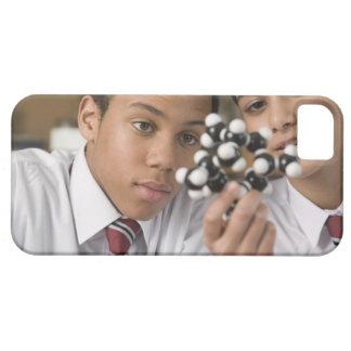 Studenter tittar molekylärt modellerar iPhone 5 Case-Mate fodraler