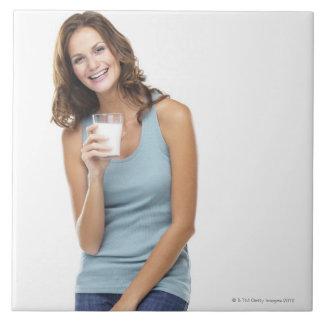 Studioporträtt av den attraktiva unga kvinnan kakelplatta