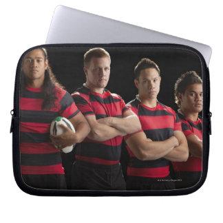 Studioporträtt av det male rugbylaget laptop sleeve