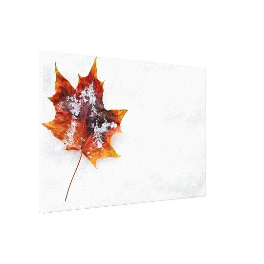 Stupat löv i den snö slågna in kanfasen canvastryck