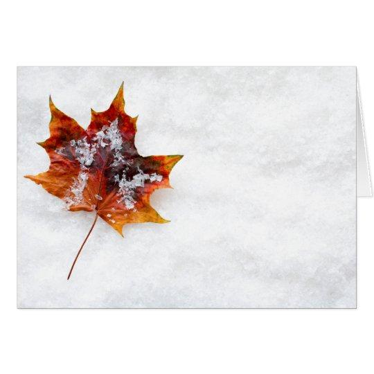 Stupat löv i snöhälsningkortet hälsningskort