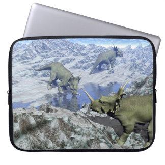 Styracosaurusen nära vatten 3D framför Laptop Sleeve