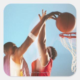 Suddigt beskåda av dunking för basketspelare fyrkantigt klistermärke