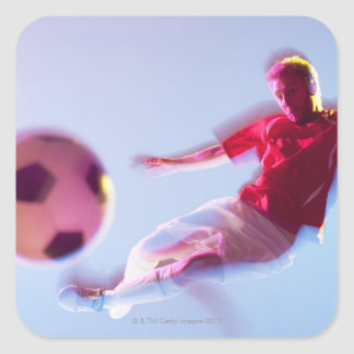 Suddigt beskåda av fotbollspelare som sparkar boll fyrkantigt klistermärke