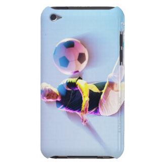 Suddigt beskåda av fotbollspelare som sparkar boll iPod touch Case-Mate skydd