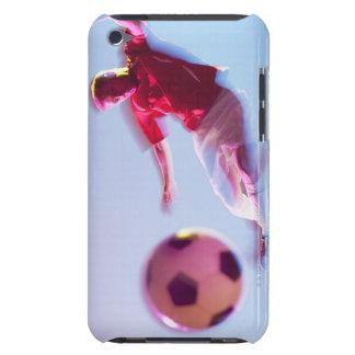 Suddigt beskåda av fotbollspelare som sparkar boll iPod touch skal