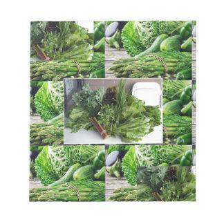 Sund grön lövrik cuisine för grönsaksalladkockar anteckningsblock