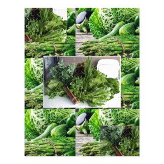 Sund grön lövrik cuisine för grönsaksalladkockar brevhuvud