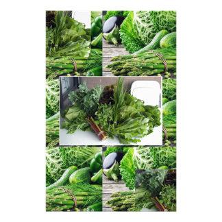 Sund grön lövrik cuisine för grönsaksalladkockar brevpapper