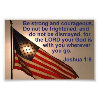 Sunlit flagga med den Joshua 1:9 Fototryck