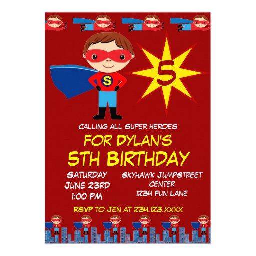 Superheroen lurar röda pojkefödelsedagsfest inbjud anpassade inbjudan