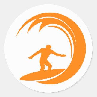 Surfa för orange och för vit rund klistermärke