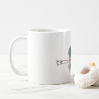 Surfa stiger ombord förbereder kaffemugg