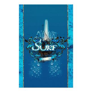 Surfa surfingbräda med dekorativa blom- inslag brevpapper