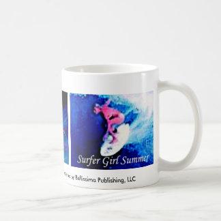 surfareflickasommar som surfar efter medborgare, kaffemugg