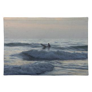 Surfaren väntar på bordstablett