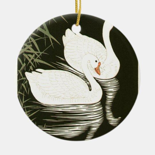 Svanar och vasser rund julgransprydnad i keramik
