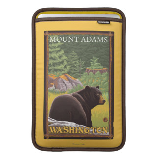 Svart björn i skogen - montering Adams, Washington MacBook Sleeve