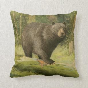 Svart björn som kliver på en trädstam kudde 3833f1b6192f8