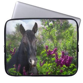 Svart häst i lilor laptop fodral