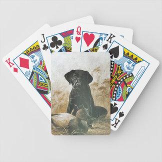 Svart lab Labrador väntningar vid däcket för ankaD Spelkort