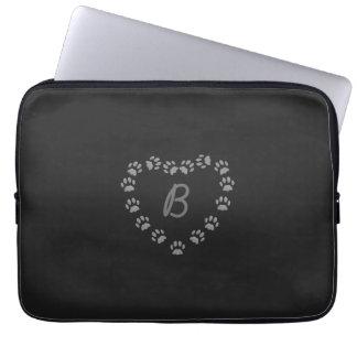 Svart laptop sleeve för Monogram för hjärta för