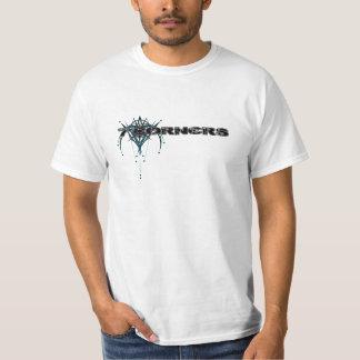 Svart logotyp på vitdräkt tshirts
