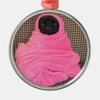 Svart mops i en rosa filt julgransprydnad metall
