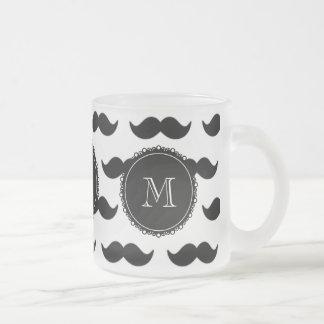 Svart mustaschmönster, din Monogram Frostad Glas Mugg