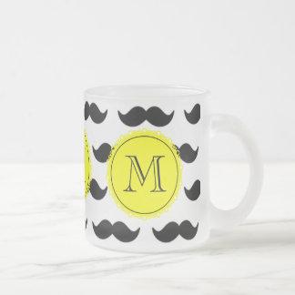 Svart mustaschmönster, gul Monogram Frostad Glas Mugg