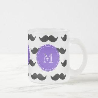 Svart mustaschmönster, purpurfärgad Monogram Frostad Glas Mugg