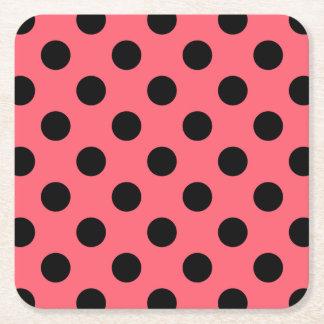 Svart polka dots på korall underlägg papper kvadrat