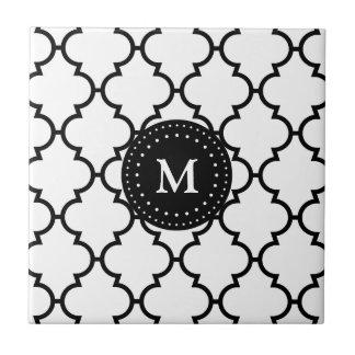 Svart Quatrefoil för vit mönster Monogrammed Tlies Kakelplatta