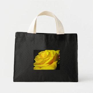 Svart toto med gul ros tote bags