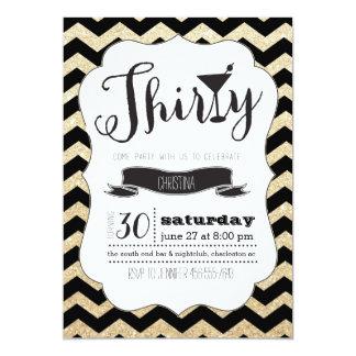 Svart trettio & guld- sparrefödelsedaginbjudan 12,7 x 17,8 cm inbjudningskort