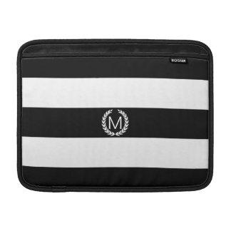 Svart- & vitrand med lagrarkranmonogramen MacBook sleeve