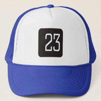 Svarten #23 kvadrerar truckerkeps
