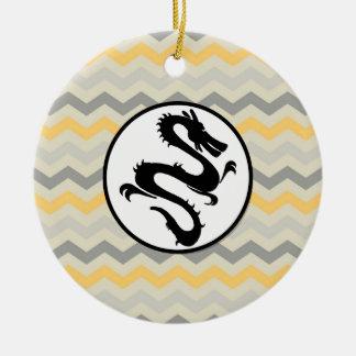 Svarten avfyrar draken på rand för gråttgultsparre rund julgransprydnad i keramik