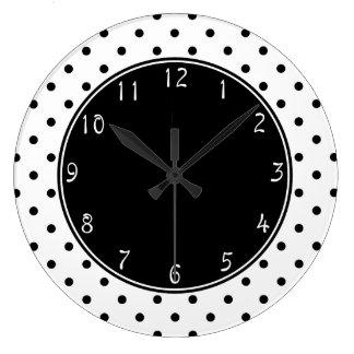 Svarten centrerar med liten svart polka dotsvitbac stor klocka