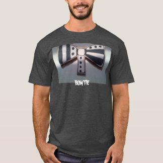 Svartvit fluga på en svart t-skjorta tee shirt