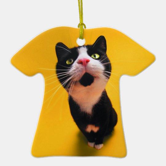 Svartvit katt-smoking katt-husdjur  T-Shirt formad julgransprydnad i keramik