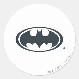 Svartvit logotyp för uppassaresymbol | runt klistermärke