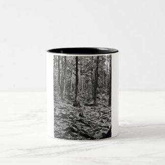 Svartvit skog Två-Tonad mugg