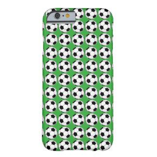 Svartvita fotbollbollar på den gröna iphone case barely there iPhone 6 fodral