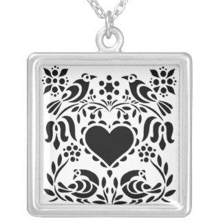 Svartvita hjärtor och fågelhalsband silverpläterat halsband