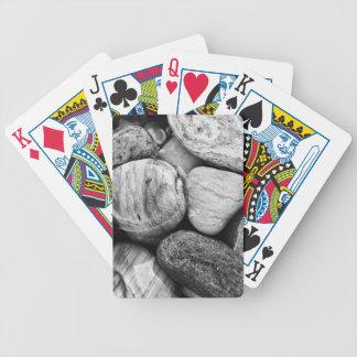 Svartvita mönstrade strandstenar spelkort