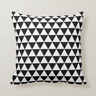 Svartvita trianglar kudde