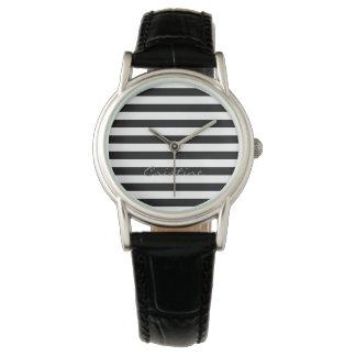 svartvita vågrätrandar med namn armbandsur